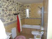 Baño amplio, con bañera, ducha de hidromasaje y bidé