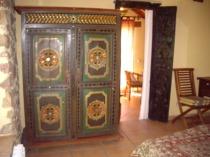 En los apartamentos de turismo rural Arroyoriquejo los muebles son de madera de teka y exclusivos